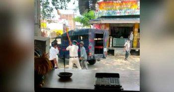 கண்மூடித்தனமாக தாக்கிய போலீசார்: